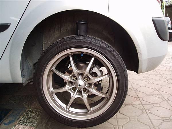 換短彈簧前的左後輪-煙灰缸對照02