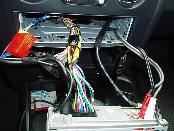 MII-最左邊黑色像耳機插頭的是控制音響撥桿,隔壁像cable線較大的黑色線是控制中控台螢幕.