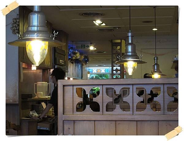 IMG_0711v-cut_溫暖的木製和後頭同花型的透光彩框.JPG