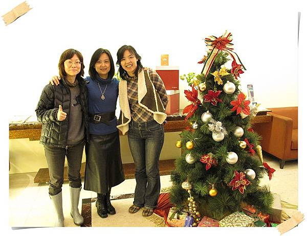 IMG_0666_合照聖誕樹旁.JPG