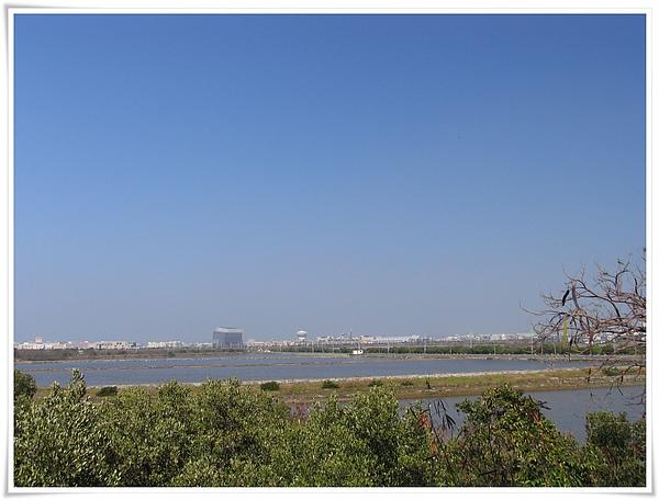 IMG_0067_漁田+那棟據說是太陽能發電屋頂的建物.jpg