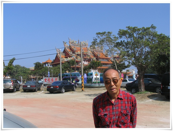 IMG_0029_20110207_到四草停好車啦,後面是大眾廟,坐船的牌子在後面.jpg