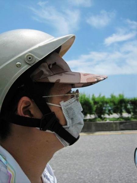 2005.05 騎機車的我..哈哈..要去搶銀行..