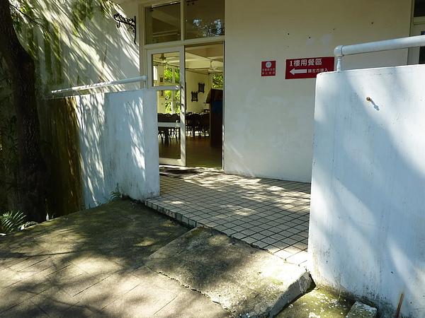 P1060998 1樓用餐區的第一個坡道,蠻陡的,電動輪椅上下沒問題,一般輪椅需要有人倒著下坡較安全.JPG