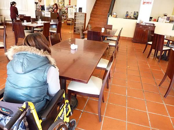 P1060634餐廳旁的走道也是很寬敞,不會影響用餐的品質(與餐廳討論,事先告知有輪椅朋友,會安排在角落,比較不會受走動的遊客影響).JPG