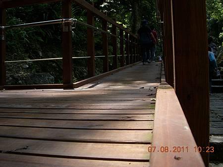 此木棧道在每塊木條中間都還有約1公分寬、0.5公分深左右的凹槽,做為排水之用,這種尺寸可以讓輪椅平穩地在木棧道上行走。