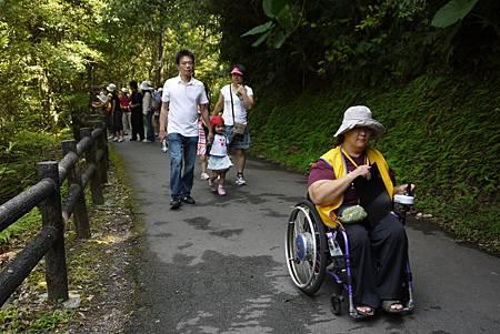 台灣普遍的柵欄高度約100-120公分,因「安全」顧慮,目前法令規範只有上修的可能。