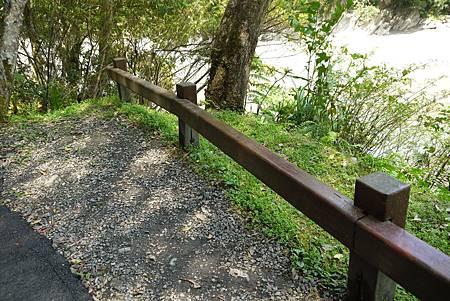 這種低矮、不遮蔽視線的柵欄是少之又少,主要只出現在腹地「非常寬廣」的路段上。