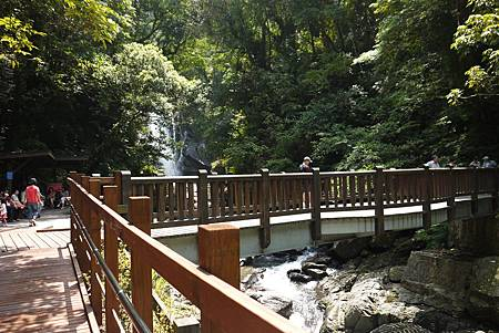 從木棧步道可以輕鬆到橋上看瀑布