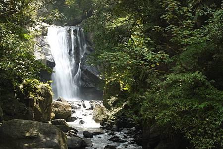 雖然今年夏天沒有甚麼颱風,但內洞的瀑布水量還是相當豐沛美麗呢!