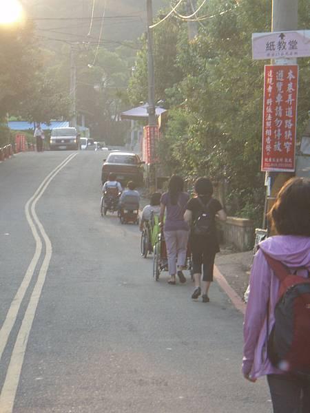 一行人準備前往紙教堂,此時是下午五點多了.JPG