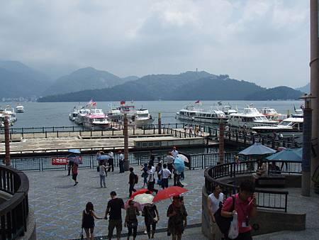 水社碼頭是多數遊客搭遊艇的地方,可是卻沒有無障礙通道。這樣的天氣最適合來日月潭,當天時間有限而且無適合輪椅朋友搭乘的遊艇,所以放棄搭乘遊湖。.JPG