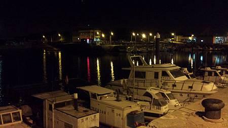 永安漁港的夜景其實很美,可惜我相機放在車上,只好用手機拍一張.JPG