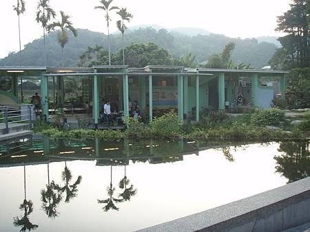 生態池旁邊有附設的餐飲部。.JPG