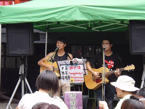 妖怪村有認真可愛的學生歌手駐唱。.JPG