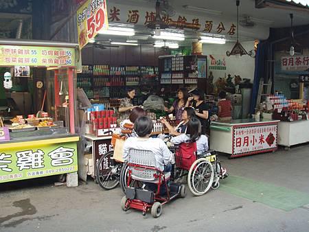 這次的客人是三台輪椅還有一台電動代步車,都是可以摺疊的,一夥人正在品嘗紅茶還有小米酒.JPG
