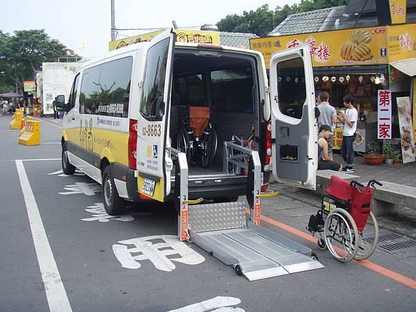 這次旅遊出任務的是多扶中巴!總共裝了兩排一般座位,後面的空間還可以放置三台輪椅以及一台輕便型電動代步車,當然它們都可以摺起來.JPG