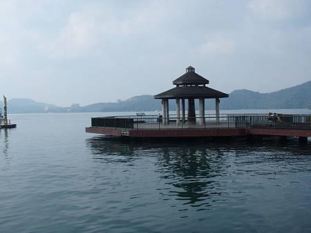 碼頭邊有涼亭可以休息,也可以在此觀看湖景.JPG