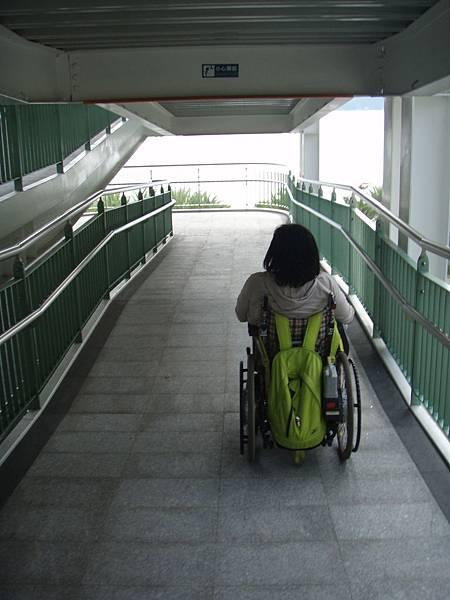 輪椅朋友就算不搭乘電梯,一樣可以從坡道到纜車月台。如果是在假日坡道可都是排滿了人潮呢!.JPG