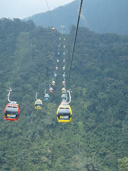 橫越兩個小山頭,景色真的很棒,要親自乘坐一次才能體會喔!!.JPG