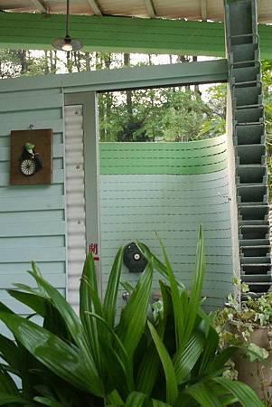 桃米生態村有無障礙廁所,是以出沒在生態池的青蛙朋友作為藍本製成的可愛標示喔!