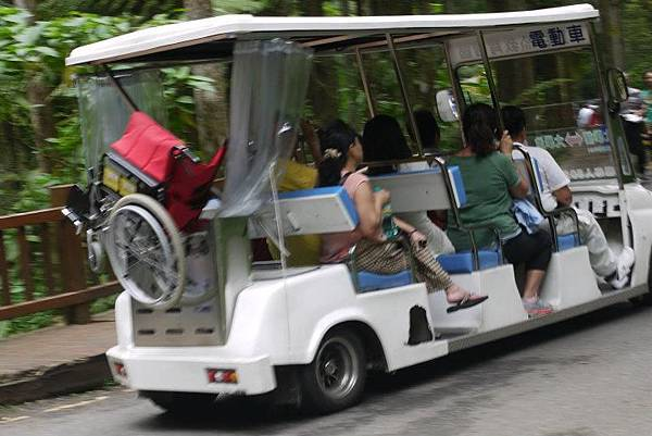 園區內的接駁車也包含了園區導覽的服務, 優先提供給行動不便者、老人、孕婦或有特殊疾病之兒童使用。