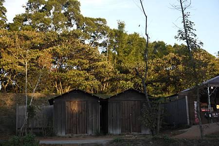 公學校旁的倉庫,是高山初子(徐若瑄)躲藏的地方,旁邊就是坡度較陡的通道.JPG