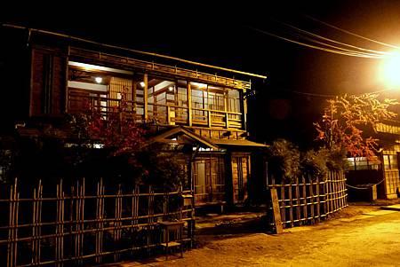 晚間的櫻旅館看起來更加風情萬種.JPG