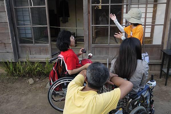 這裡是很悲情的花崗兄弟住宅,志工正在告訴大家牆上遺書的內容.JPG