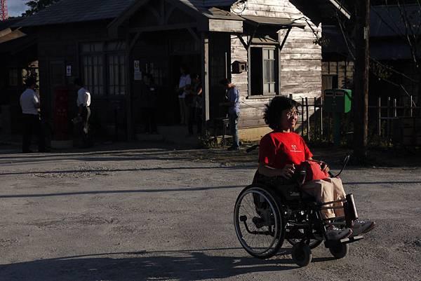 園區內的主要幹道是由水泥鋪成的道路,適合輪椅行進。.JPG