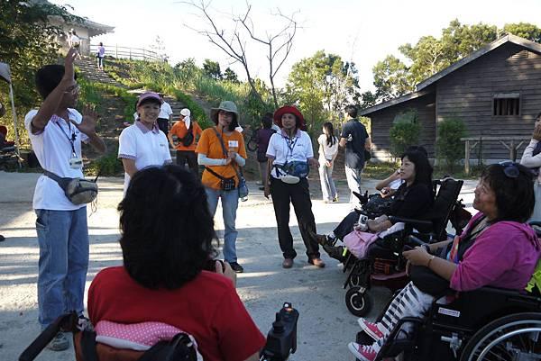 園區主任親切地向輪椅朋友打招呼.JPG