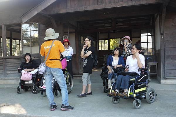 熱心的志工人員正在為我們說明劇組人員如何重新建造霧社分室.JPG