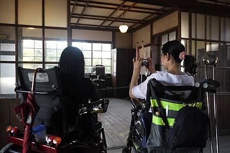輪椅朋友可以輕鬆進入霧社分室中拍攝肅穆的場景。.JPG