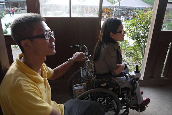 輪椅朋友認為小學校長廊窗戶擁有適合輪椅朋友的通風口,是個很先進的設計!.JPG