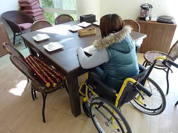 P1060509 1F用餐區的桌子,輪椅和身體都OK.JPG