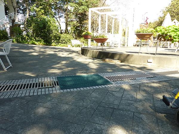 P1060534餐廳把墊子放在水溝蓋上就可解決此問題.JPG