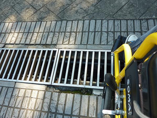P1060523庭院中間有一水溝蓋,會讓輪椅卡住,需斜橫通過(1).JPG