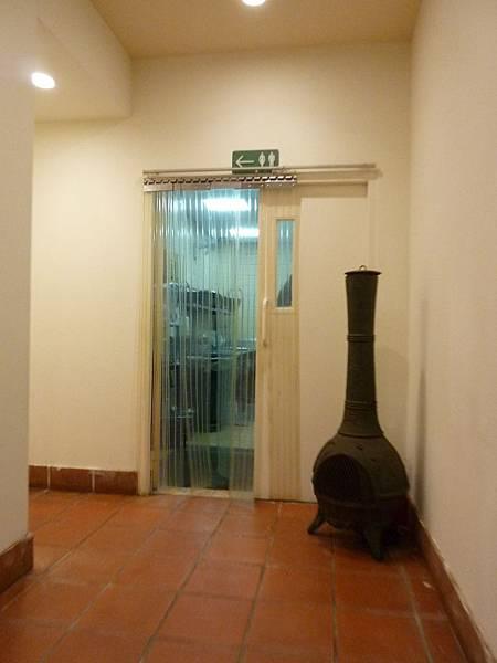 P1060623餐廳往廁所的通道(2),指標也清楚.JPG