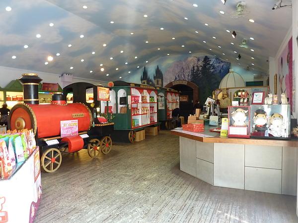 P1060557一進門口分兩邊,右手邊是禮品採購區,左手邊進入故事館拍照區.JPG