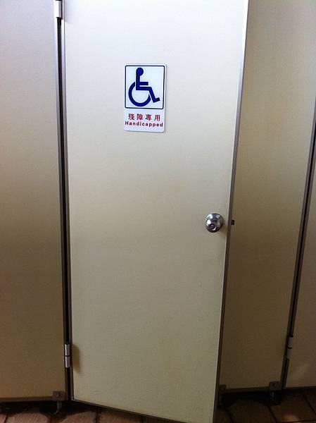 IMG_0283花海上公廁2的無障礙廁所門(不是很大).JPG