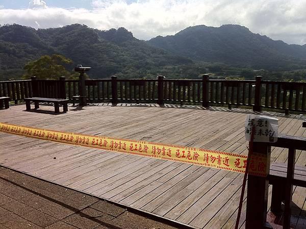 IMG_0298飲食區的觀景台(當天油漆未乾沒開放),可眺望整個大溪花海農場.JPG