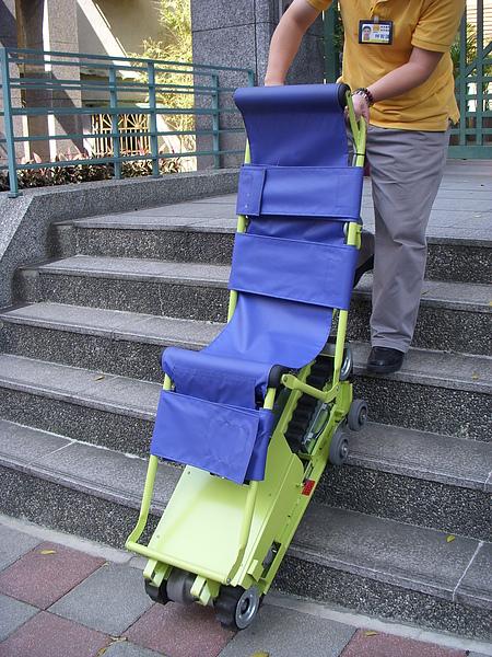 爬梯機架在樓梯上.JPG