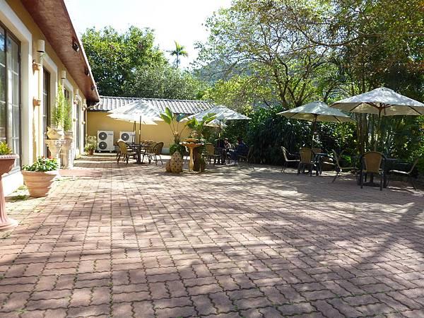 P1060621左邊為餐廳的入口處,室外有用餐區,都是平坦的路.JPG