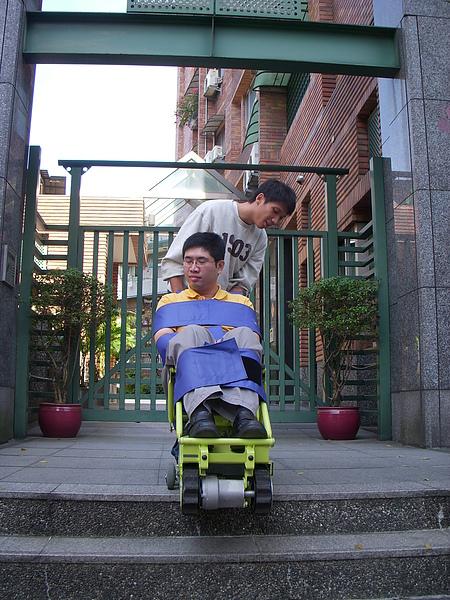 練習篇2─服務人員用心感受爬梯機使用的過程.JPG