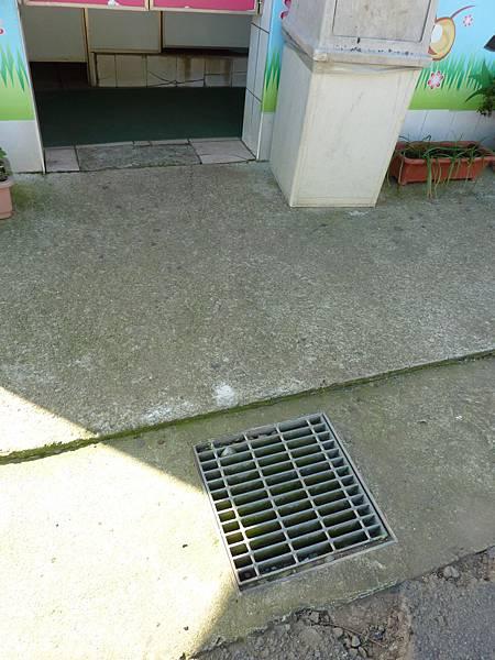 P1060684花海大型停車場廁所出入地方有點不平.JPG