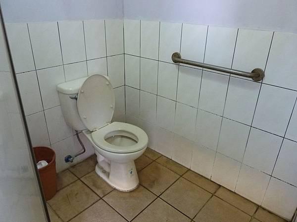 P1060688廁所內的空間還算寬敞,但只有裝一個小扶手,還是要特別小心。.JPG