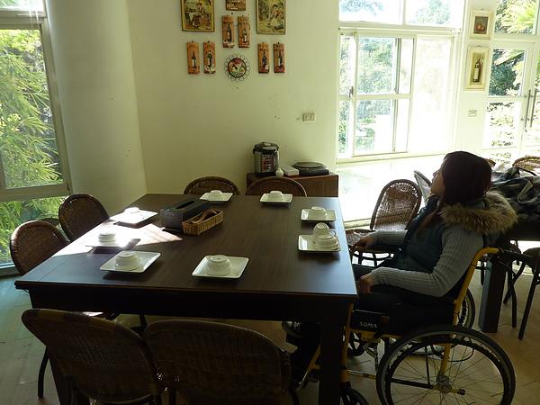 P1060512桌子很大張,坐6個輪椅也OK.JPG