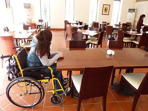 P1060635用餐環境,桌子的高度空間都很舒適.JPG
