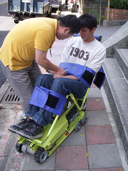 操作情況1(使用爬梯機前,服務人員先協助顧定安全帶.JPG