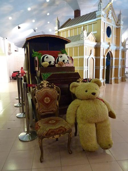 P1060570可愛的馬車,熊熊很可愛,可以把椅子移開,移動輪椅拍照喔.JPG